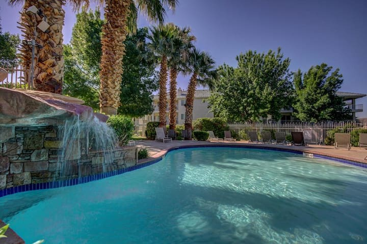 **MANY POOLS! WATER SLIDES! REMODELED! NO STAIRS!*