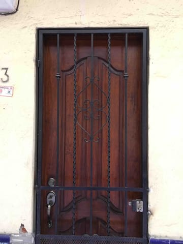 Puerta del departamento. Número 3