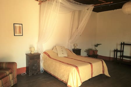 ´Cala´ -Spacious colonial room - Quezaltenango - Casa