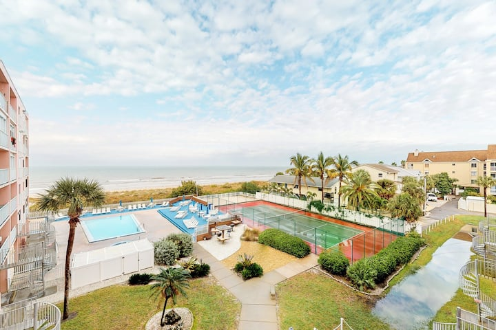 Comfortable condo with shared hot tub and pool, great gulf views!