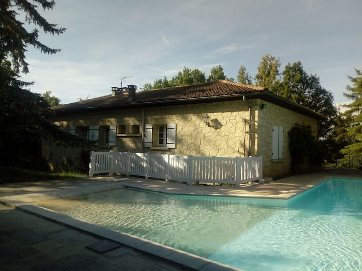 Maison avec piscine, location du samedi au samedi.