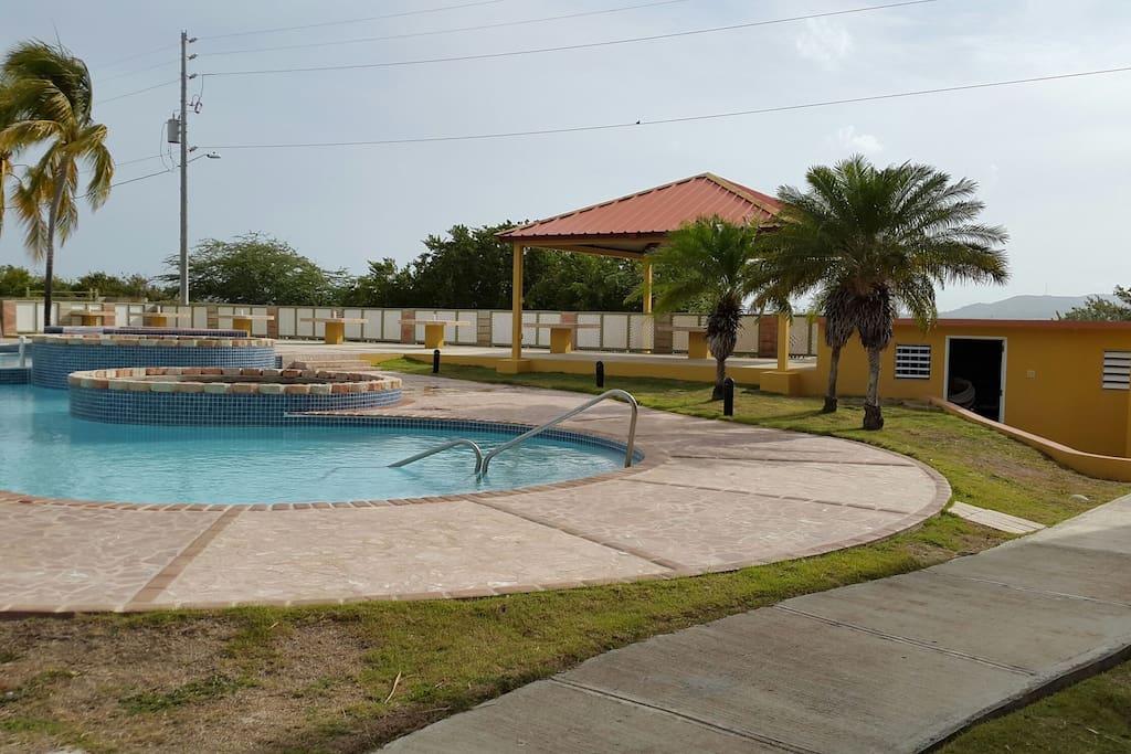 Area de piscina para niños ,otro nivel para adultos, con jacuzzis