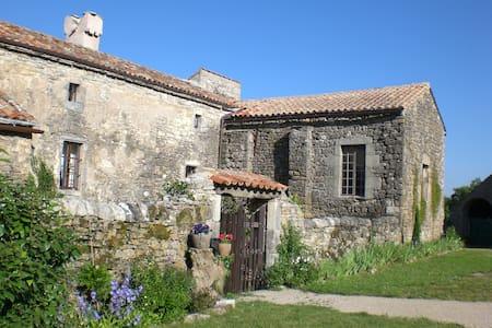 Maison d'amis dans un hameau isolé hors du temps - Le Clapier - Dům