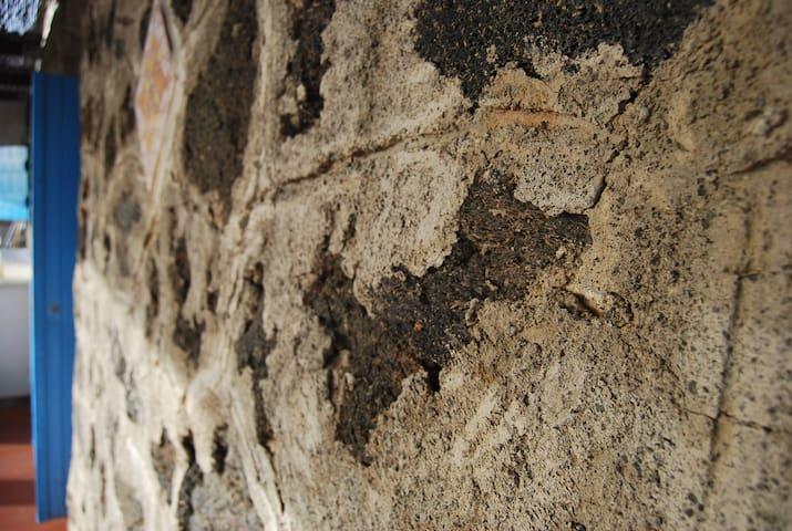 Dammuso antico con vista su Punta Fram