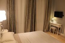 Nella camera c'è un elegante scrittoio con abat-jour stile Liberty Tiffany