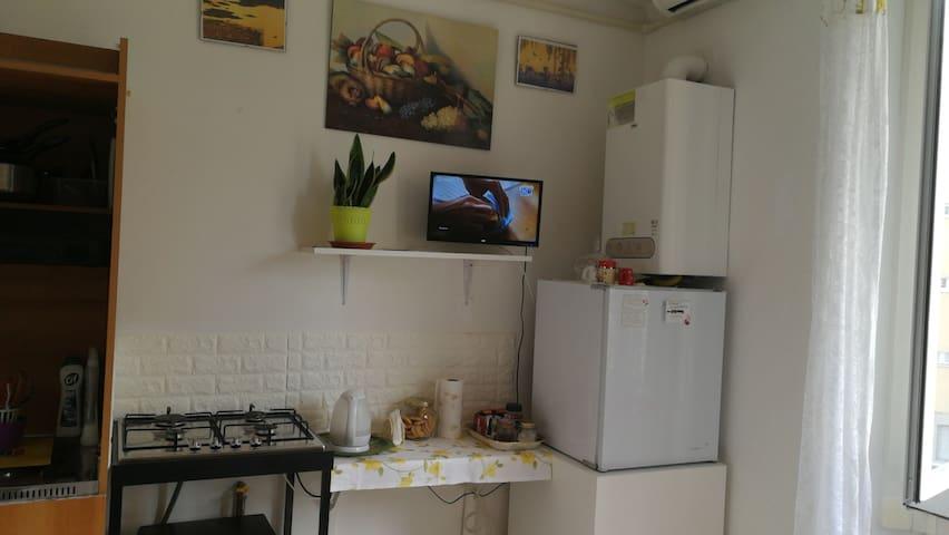 Angolocottura, frigorifero, e aria condizionata sopra.