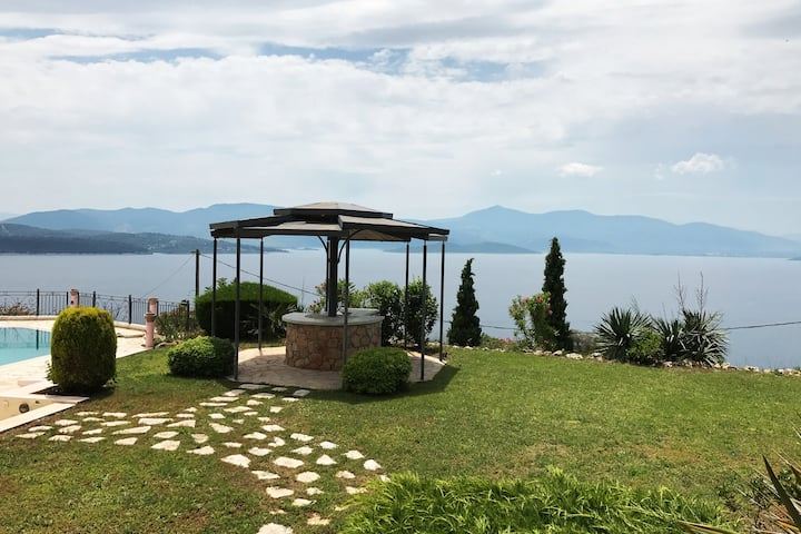A luxurius villa with a unique view at Theologos