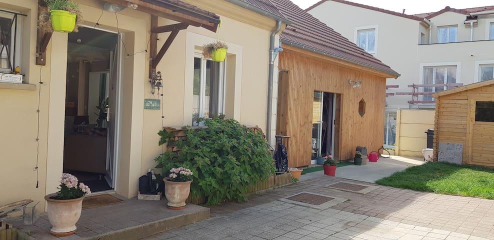 """L'entrée de la propriété (""""La Petite Maison"""", dépendance autonome, est mitoyenne de notre maison principale)"""
