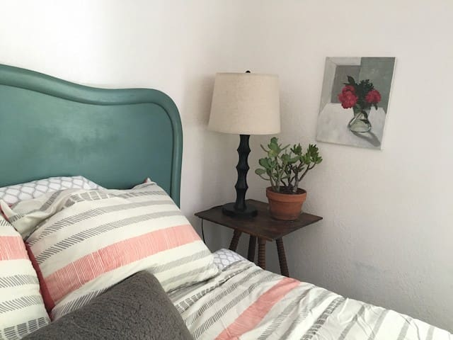 2BD/2BA Bungalow in City Center with 2 car parking