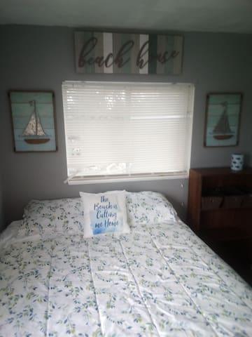 Bedroom 2 queen bed with ceiling fan in room