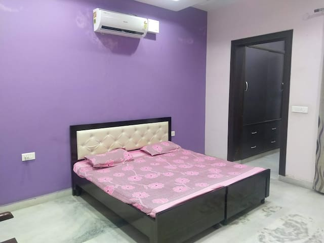 Single BR w/ kitchen near Delhi metro station