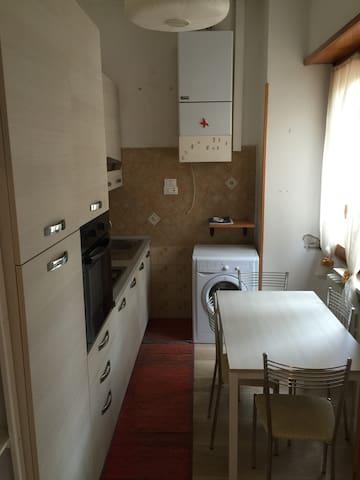 Cucina completamente arredata, forno lavatrice ecc.
