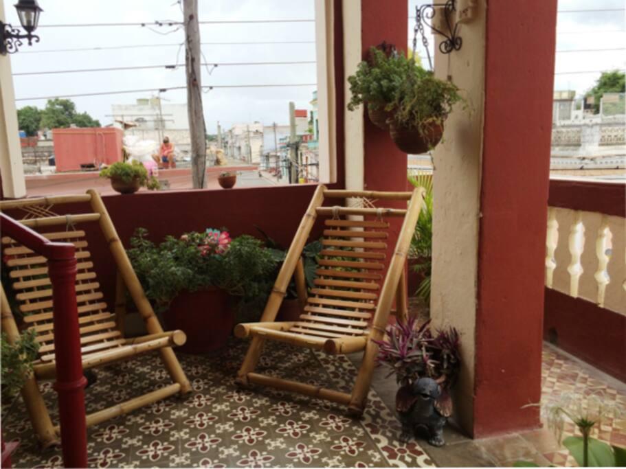 Balcón a la izquierda un lugar con encanto natural para reposar una siesta o pasar un rato relajado recibiendo la brisa. !!!Especial en Verano!!!