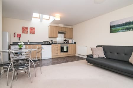 Lovely Two Bed House with Free Parking