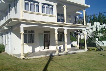 Sagar Villa, Apt-A, 1 min from beach, garden villa - Flic-en-Flac