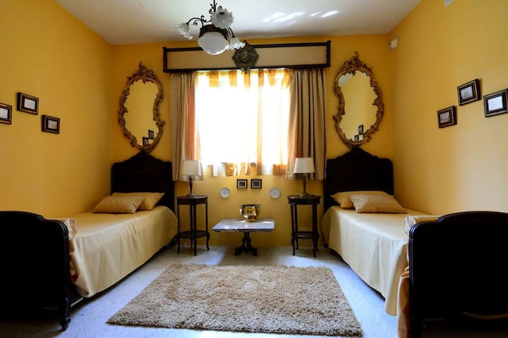 Venetian Room - A spacious bedroom with bathroom - Birżebbuġa - House