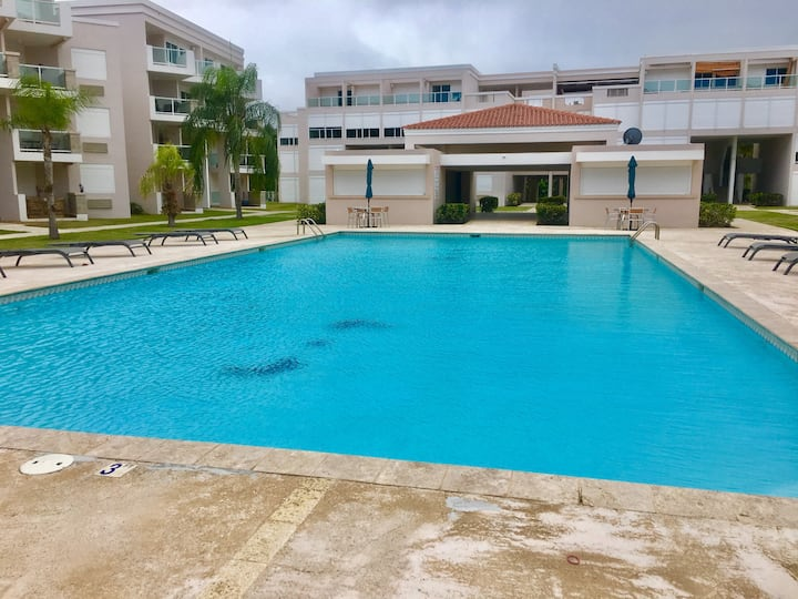 Beautiful pool side apartment (3 min. from beach)