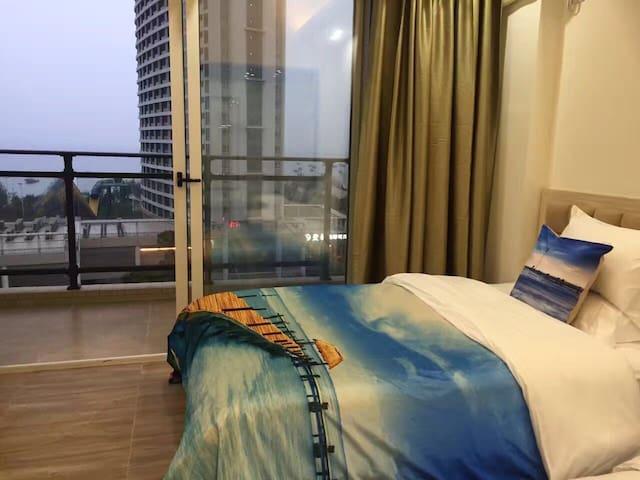 巽寮湾-近沙滩-下楼即到天后宫-2张1.5米床可睡4人-吃饭停车方便-房东热情-大阳台落地窗-智能锁