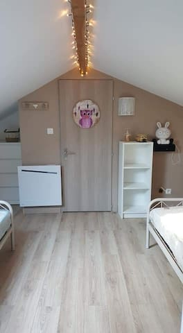 Chambre (à l'étage) avec 2 lits simples