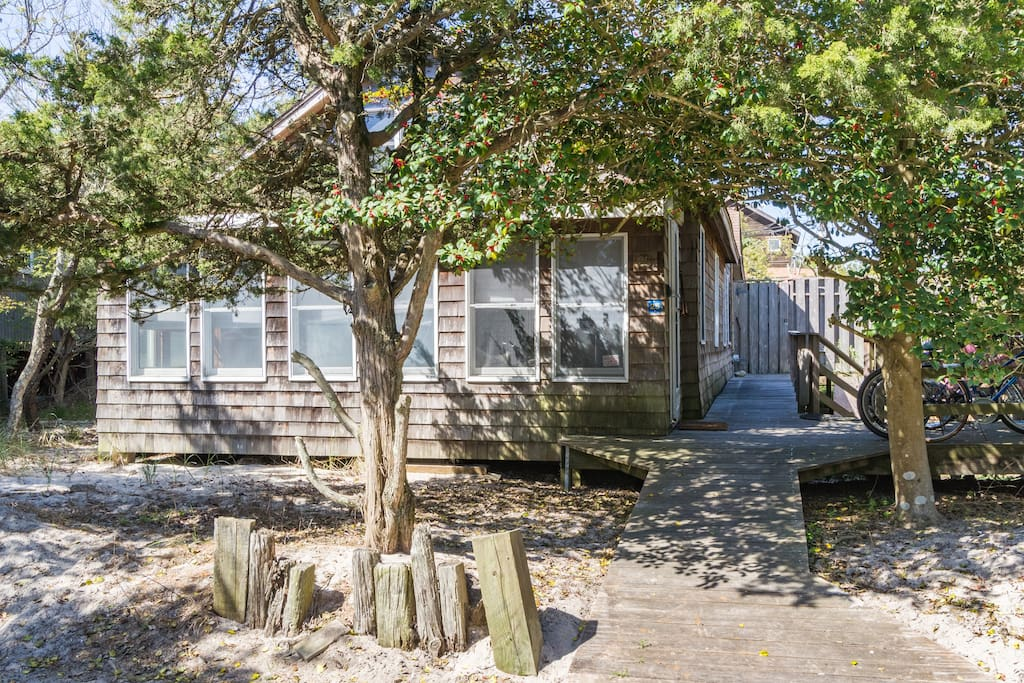 Get away from the bustle at this lodge-like bungalow only a few minute walk to the beach!