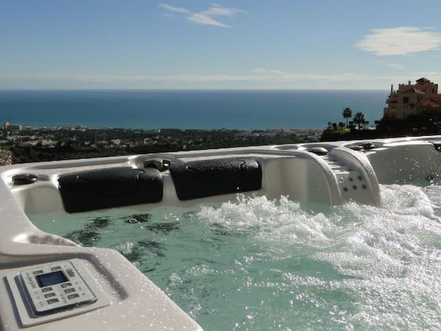Air con, parking, lift, pool, jacuzzi, wifi!