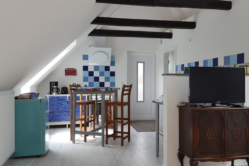 Ansicht Küche vom Wohnbereich aus - Eingangstür und Zugang zum WC im Hintergrund