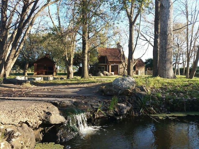 La Escondida, una casa de piedra en el campo junto a una cañada.