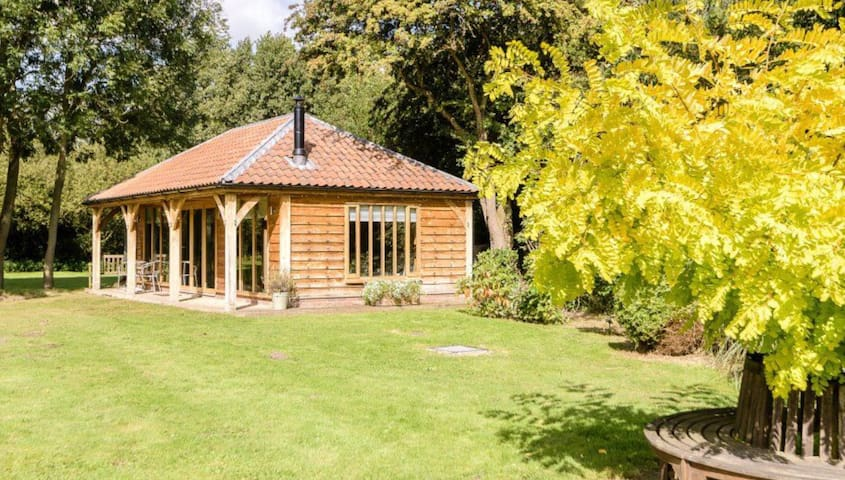 Secluded, private, cosy lodge with woodburner