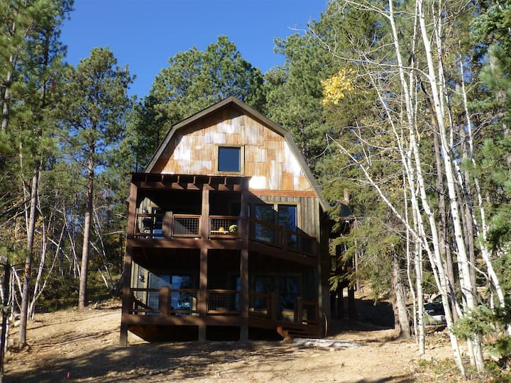 Captain Jak`s Lodge is a beautifully decorated 4 bedroom, 2 bath cabin with a private hot tub, wifi and satellite TV.