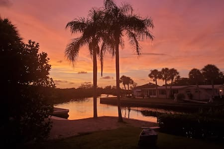 WATERFRONT HOME WITH SUNSETS AND MANATEES!