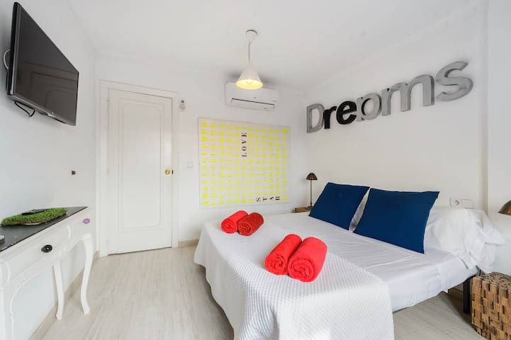 Dimensions room with private bathroom - ibz