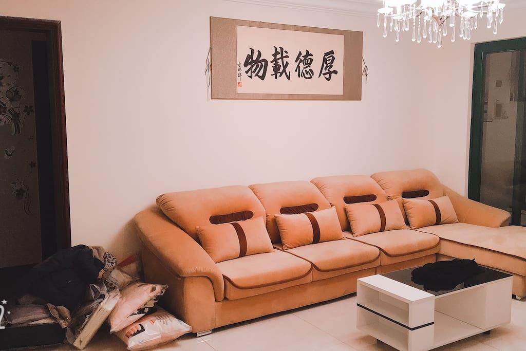 这是客厅的沙发,又大又舒服。疲惫之时,躺上去绝对是美好的享受