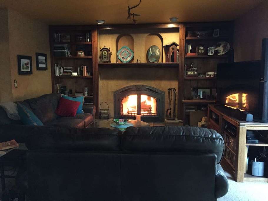 Family room, new big comfy couches, fireplace, 55 in tv