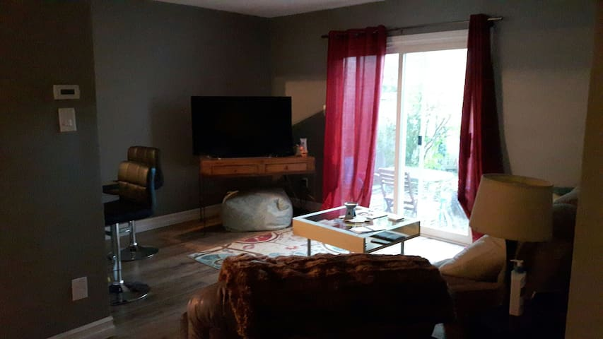 Two story get away with parking - Kitchener - Appartement en résidence