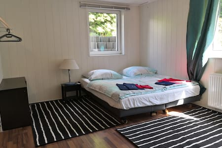 Gemütliches Zimmer mit Direktanschluss nach Berlin