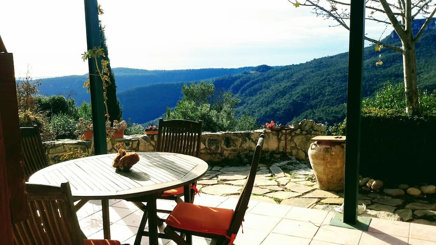 Bella Casa en las Montañas con Vistas al Mar