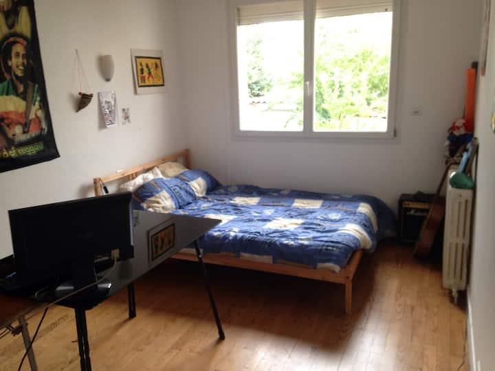 Chambre calme donnant sur jardin avec bureau