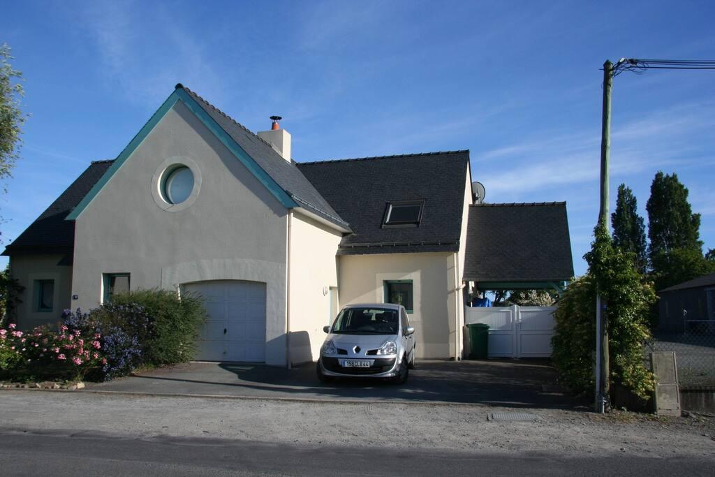 Côté rue portail ouvert