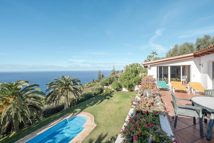 """Amplio ático """"Casa Rodolfo"""" con vista al mar, a la montaña, piscina, Wi-Fi y terraza; aparcamiento disponible."""