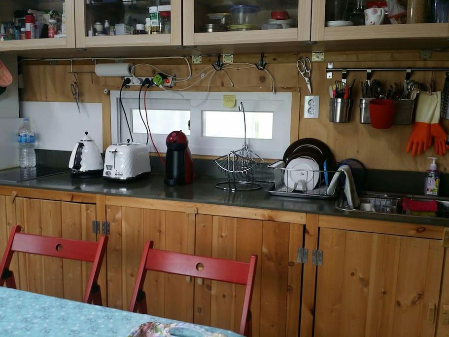 주방:식기류, 전기렌지, 커피포트, 커피메이커, 토스터기, 전자렌지, 냉장고, TV.