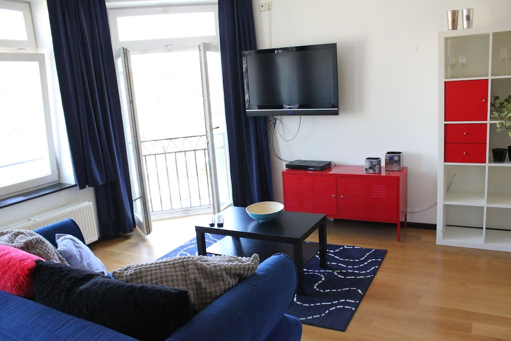 Spacious and light livingroom with 3 big windows and a french balcony. The couch folds out to a second double bed with bedlinnen included.