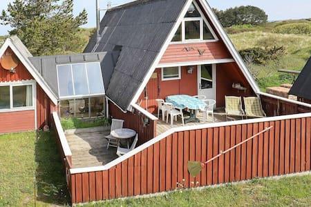 Moderna casa de vacaciones con terraza en Hirtshals