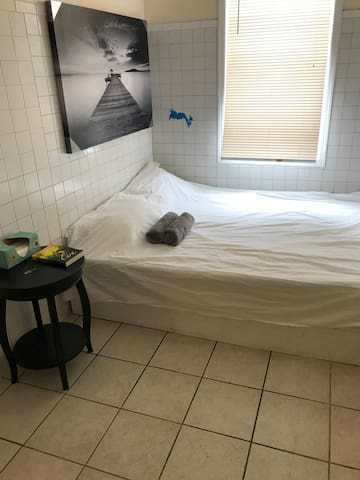 Great price for private room for 2 in Elmhurst.