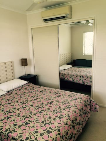 Tidy and comfy bedroom - Cairns North - Appartement