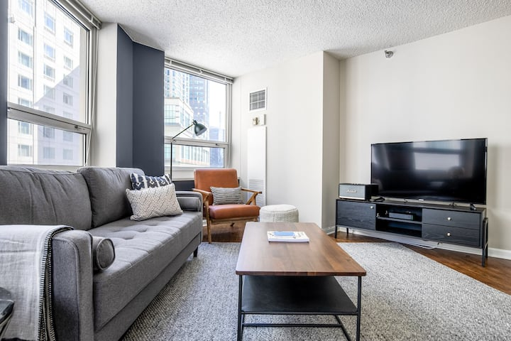 Ideal River North 1BR w/pool, gym, nr. L & Magnificent Mile