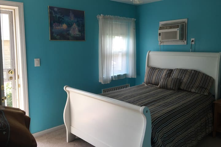 SPACIOUS CLEAN ROOM 15 MINUTES FROM MAIN STREET
