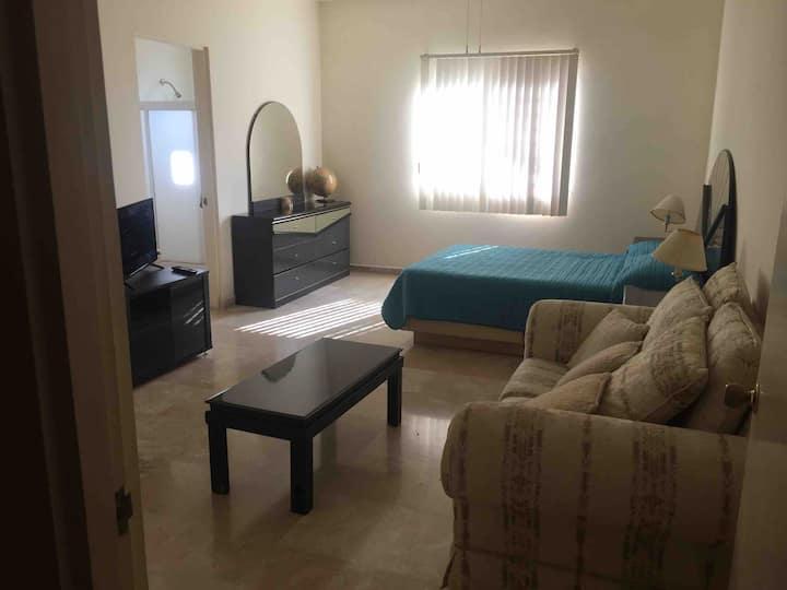 1-Habitación con baño privado en casa con alberca