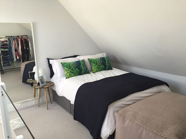 Loft bedroom in a modern home - Ludgershall - Rumah
