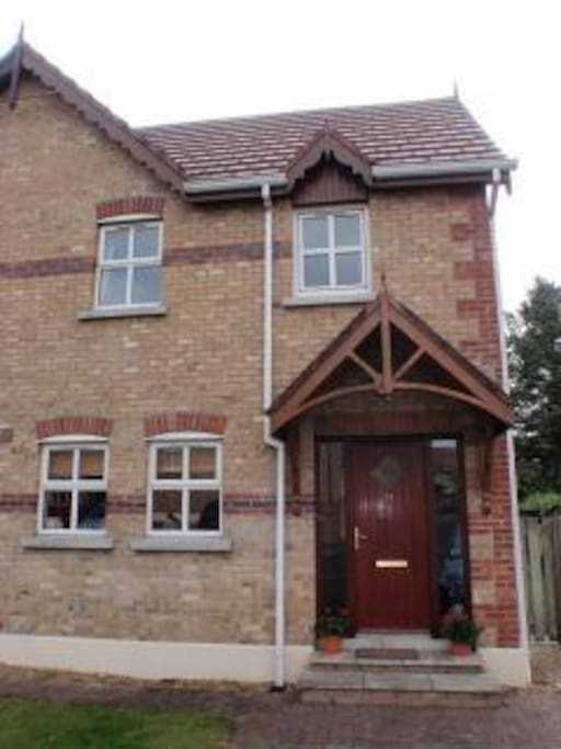 Modern  very tidy town house with private garden at back which gets sun all day