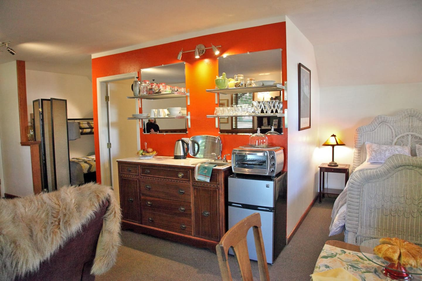 Your kitchenette consists of refrigerator and toaster oven. A french press for coffee.  Your breakfast supplies will typically consist of fresh fruit and juices. Bagels with homemade preserves. Tea and coffee.